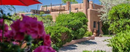 El enorme complejo de adobe pueblo ofrece una auténtica experiencia histórica de alojamiento en el centro de Santa Fe.