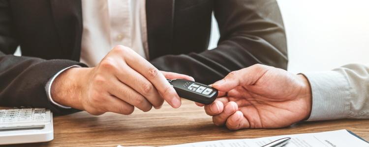 ¿Antigüedad mínima en el empleo para obtener un préstamo de auto?