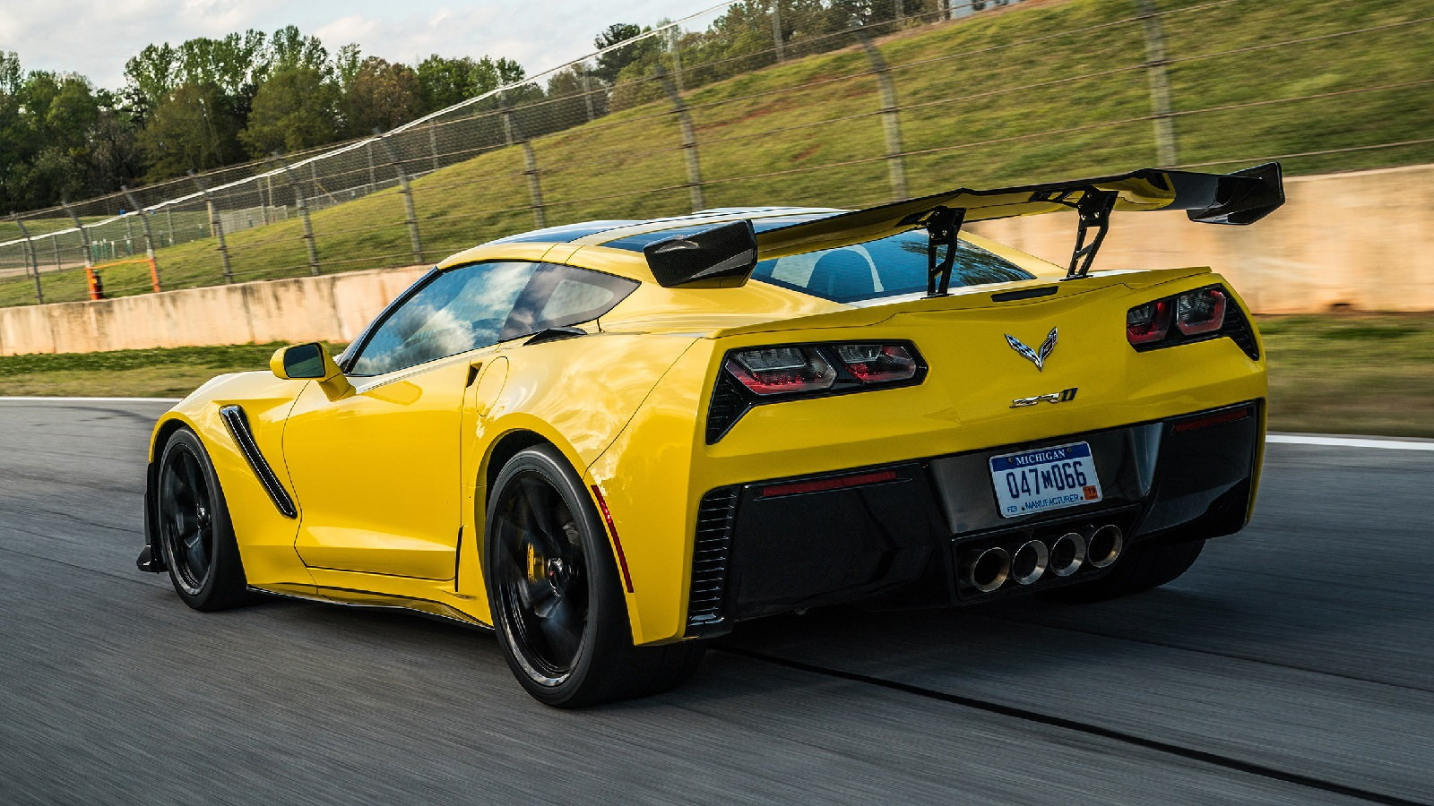 Autoblog's 2019 C7 ZR1 Review is All Thumbs Up