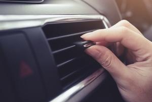 hand adjusting car AC