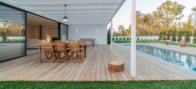 sàn gỗ với đồ nội thất cạnh hồ bơi