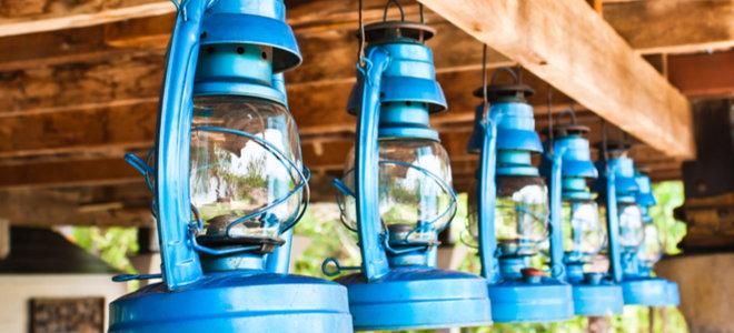 đèn dầu treo trên xà gỗ