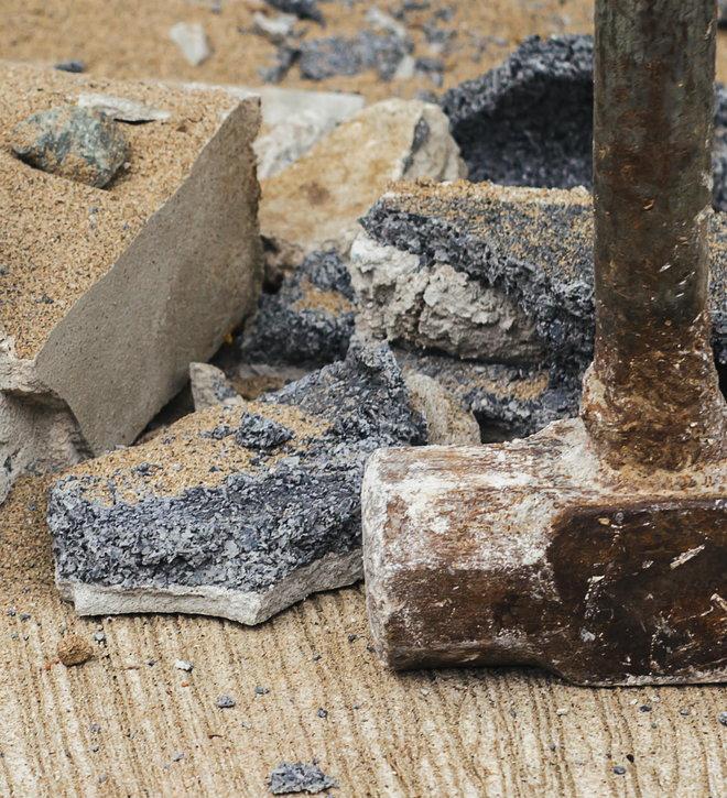 кувалда рядом с битым бетоном