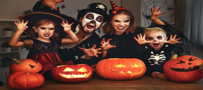 kids making scary faces with jack o lanterns