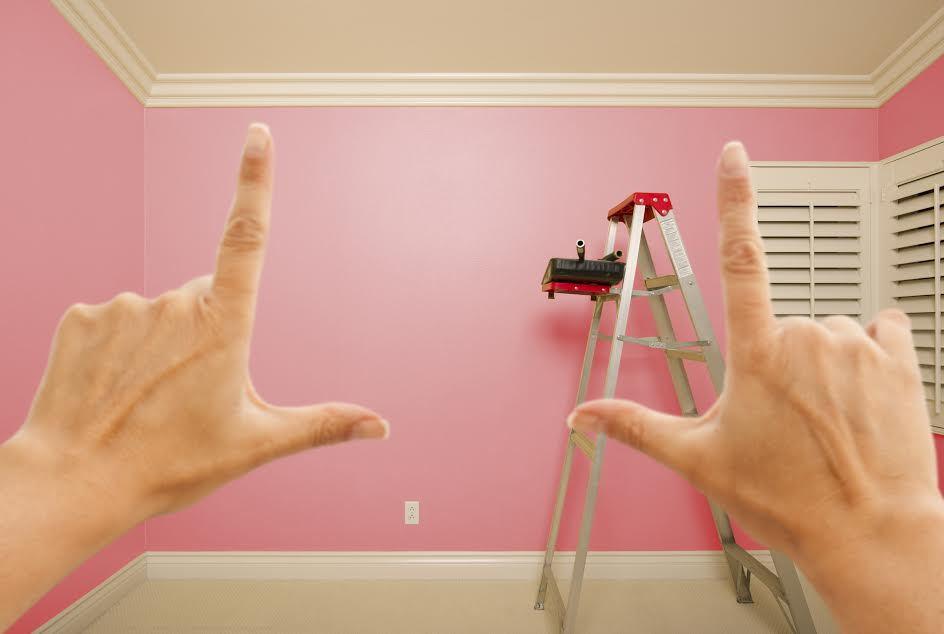 комната с розовыми стенами