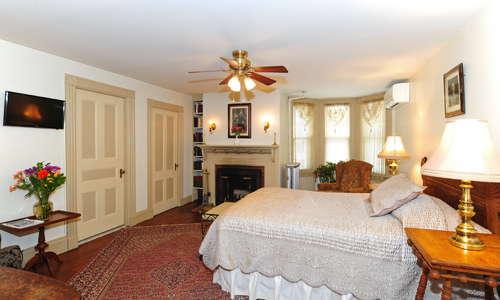 Federal room, queen bed