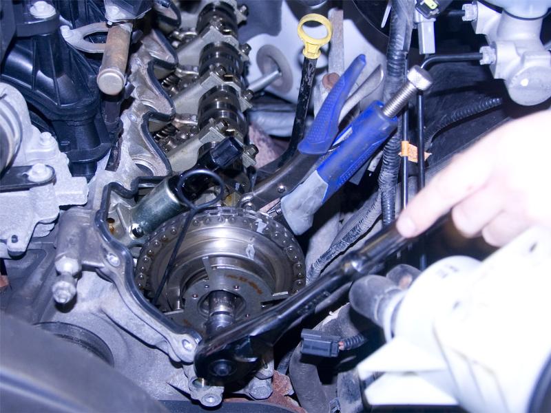 Removing cam phaser bolt