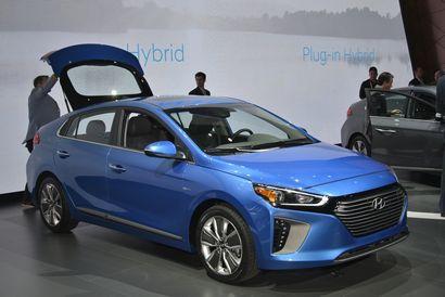 2017 Hyundai Ioniq Hybrid front 3/4 view