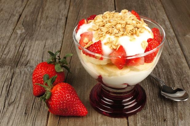 yogurt parfait with strawberries