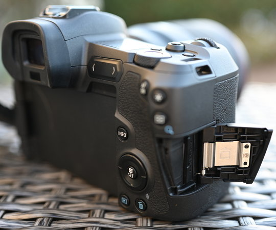 Canon-EOS-R-right.JPG