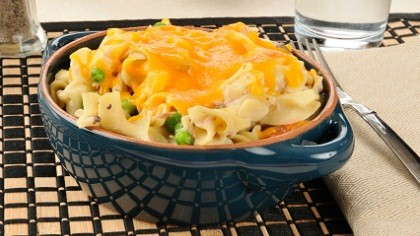 An individual serving of cheesy tuna casserole.