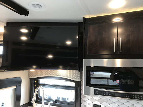 2019 Renegade Classic 38' Tandem Triple Slide Volvo VNR