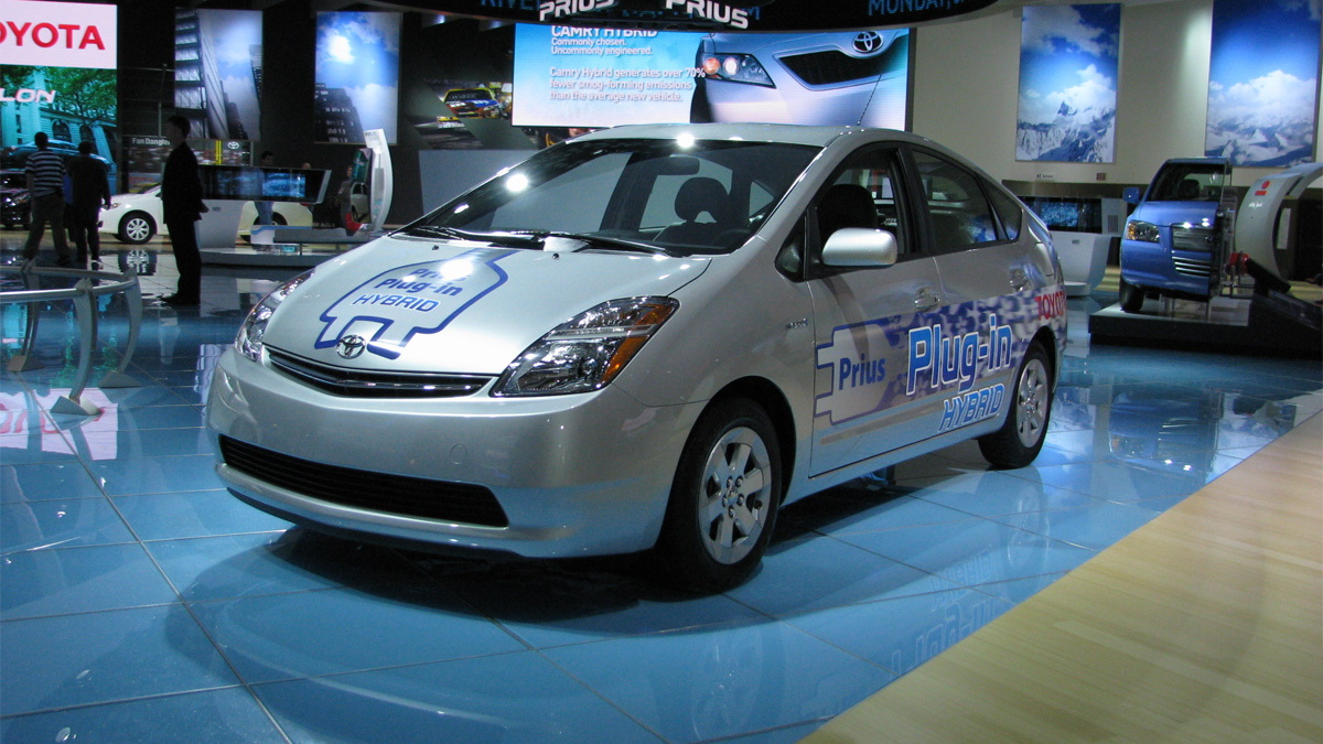 toyota plug in hybrid prius live 01
