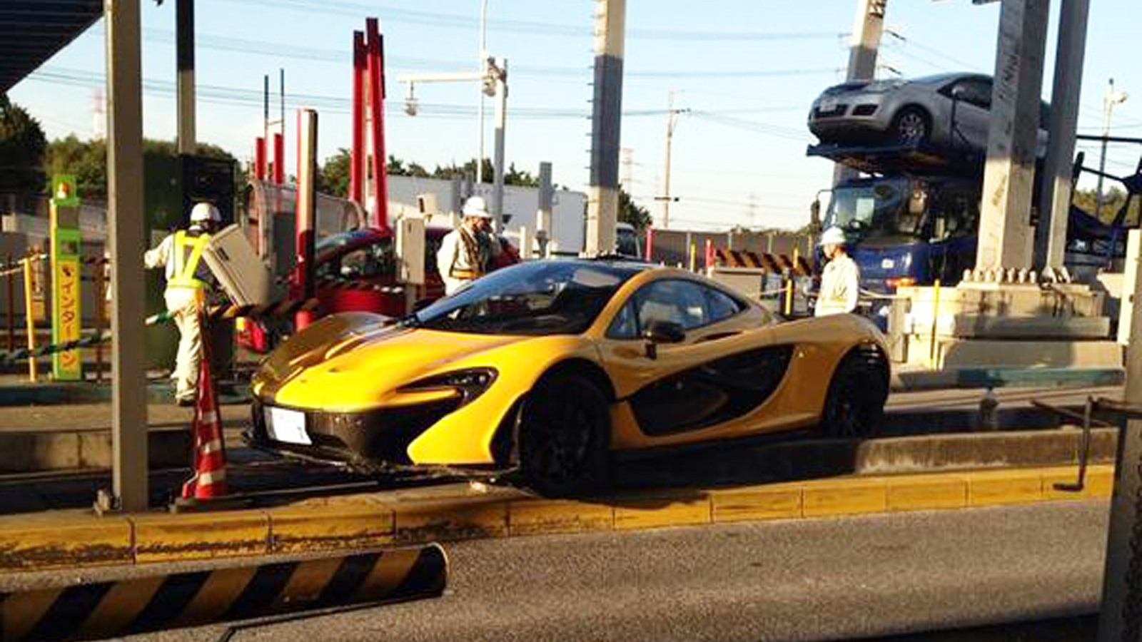 McLaren P1 that mounted a curb in Japan (Image via Japanizer)