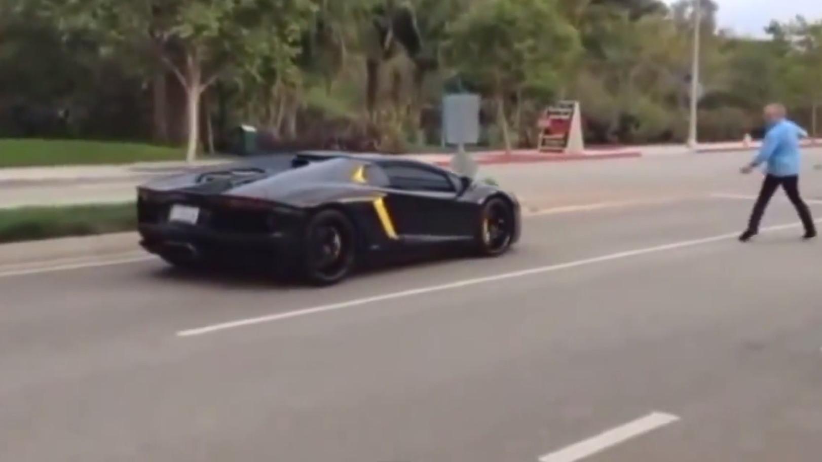 Angry jerk throws rocks at Lamborghini Aventador