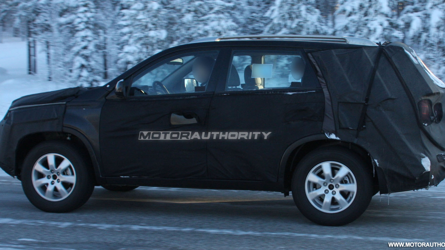 2010 kia sorento spy shots february 004