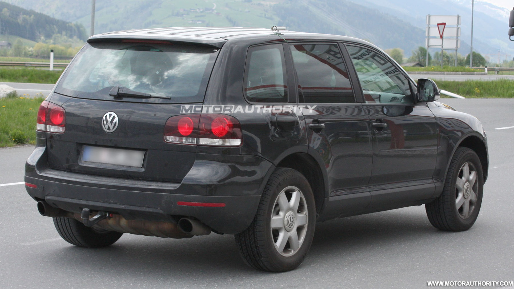 2011 volkswagen touareg test mule spy shots may 005