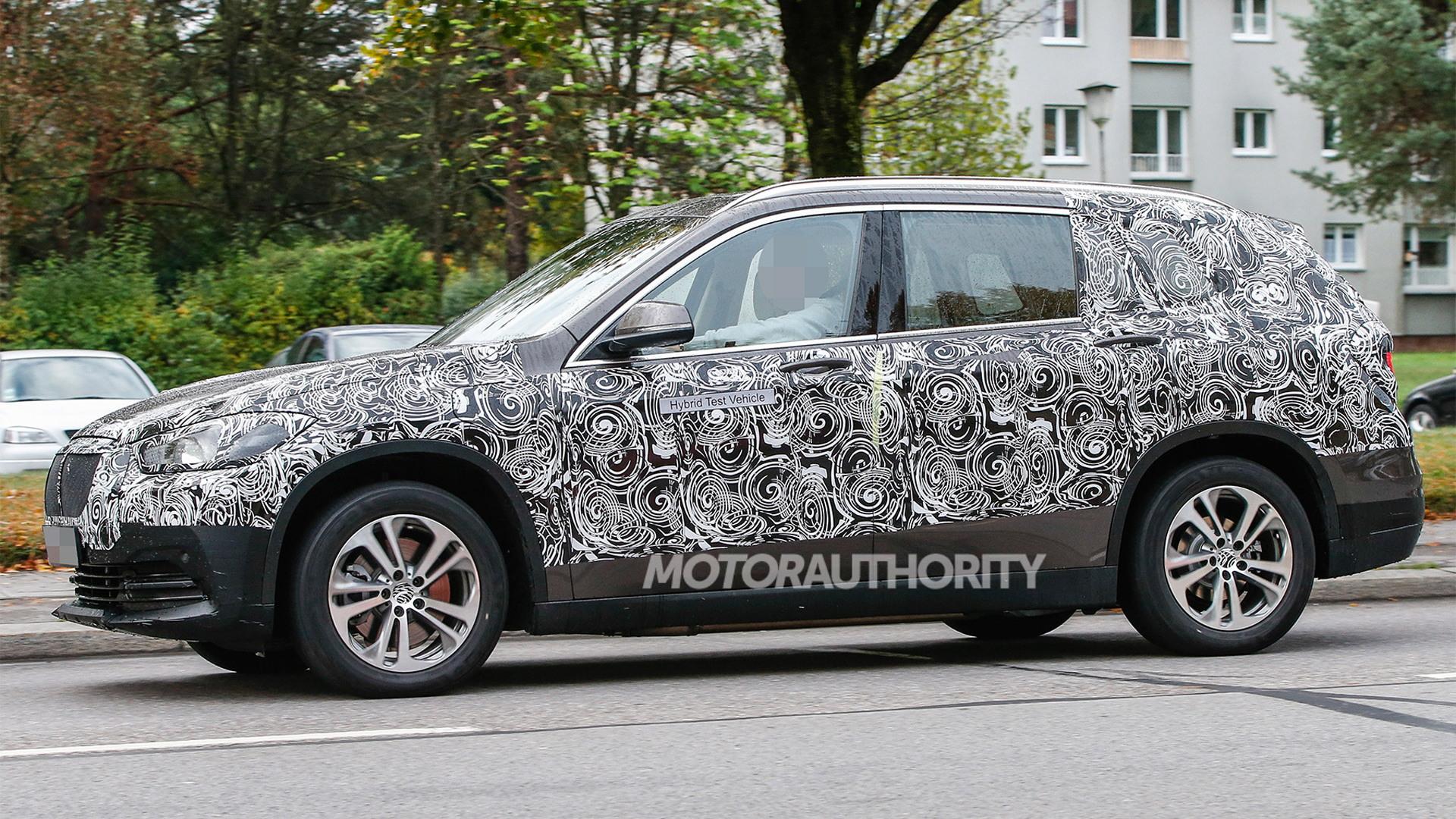 2016 BMW X1 seven-seater spy shots – Image via S. Baldauf/SB-Medien