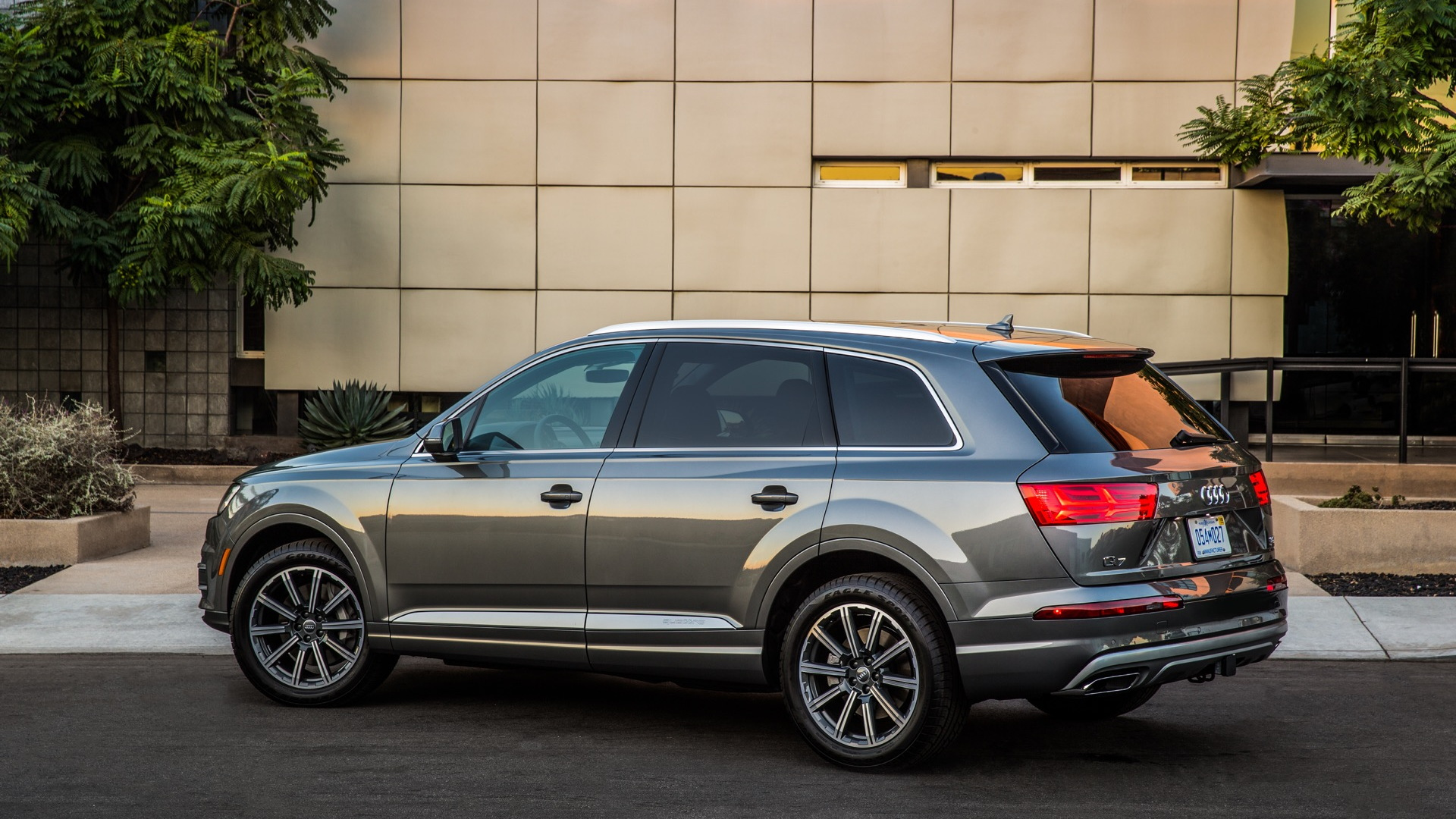 2017 audi q7 driving the only new suv with all wheel steering. Black Bedroom Furniture Sets. Home Design Ideas