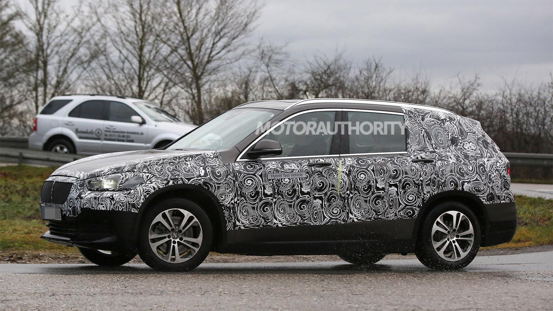 2016 BMW X1 With Third-Row Seats Spy Shots