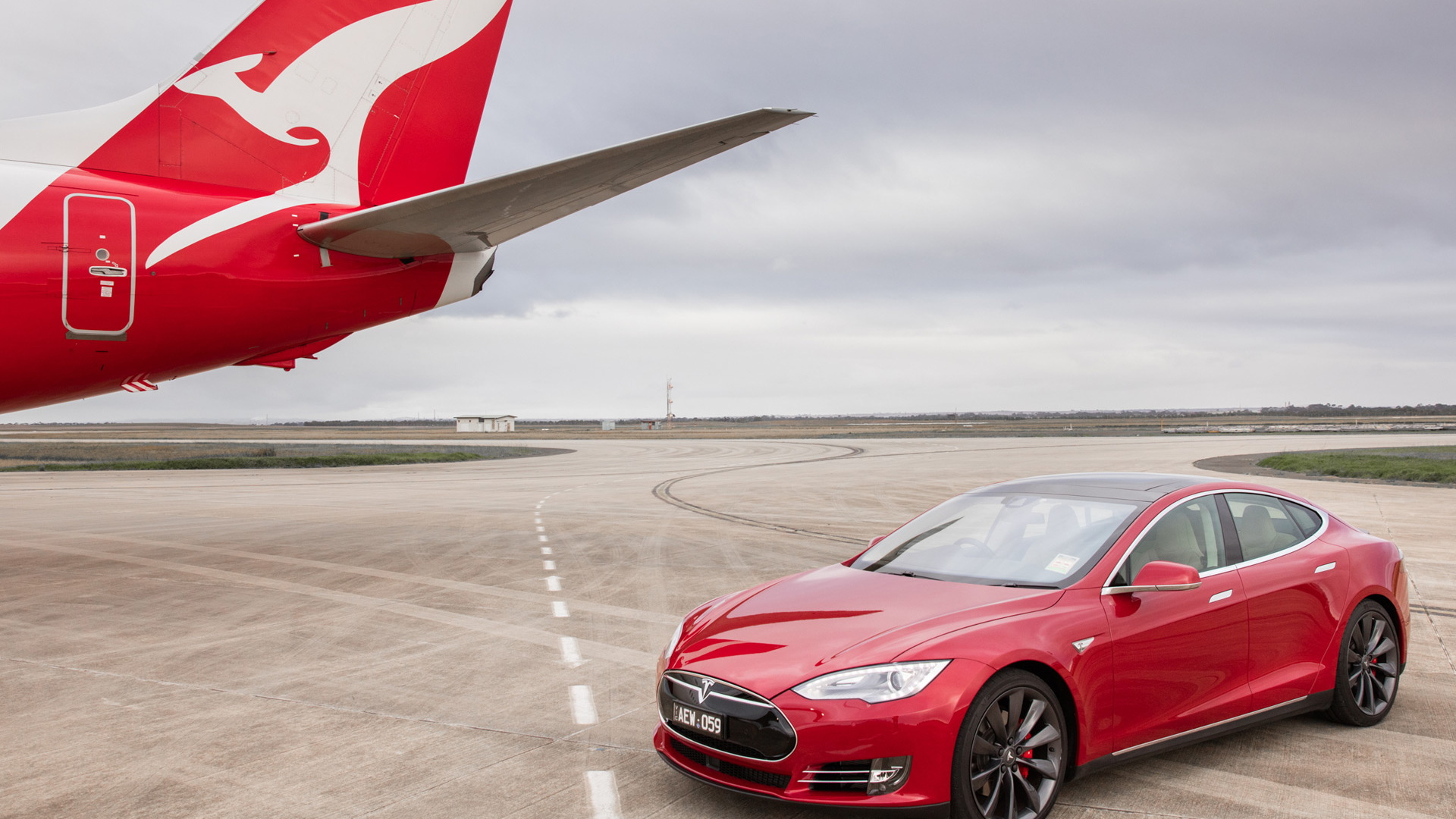 2016 Tesla Model S P90D and Boeing 737 drag race